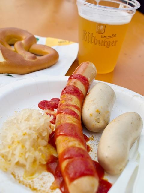 ドイツ名物のビールとソーセージの画像