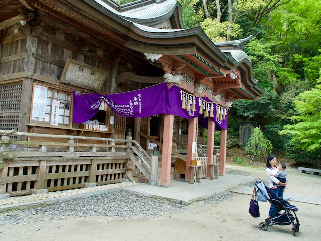 高瀧神社・拝殿と母子の画像