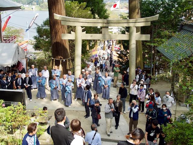 混雑した高瀧神社・境内の画像