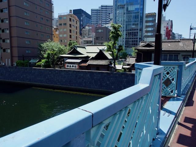 神田ふれあい橋上から柳森神社を望む画像