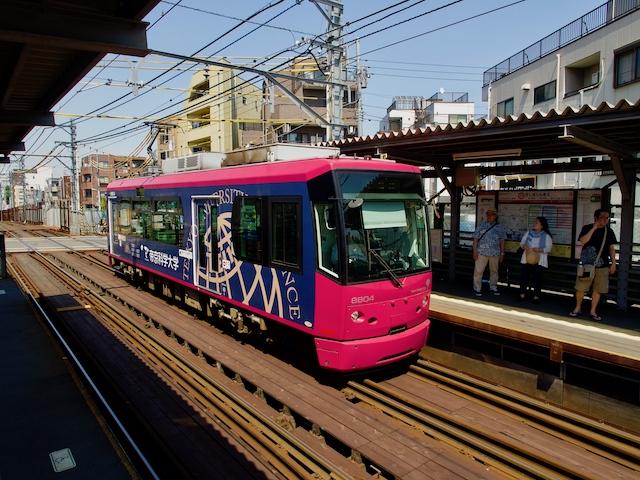 鬼子母神前駅に到着するトラムの画像