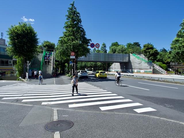 信濃町歩道橋の外観の画像