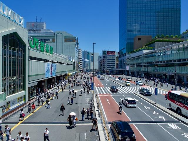 JR新宿駅・南口の街並みの画像