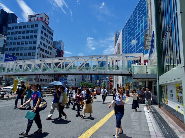 小田急線新宿駅と新宿サザンテラスを繋ぐ連絡通路を見上げる画像