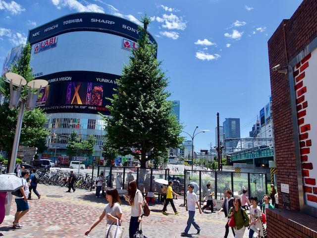 西武新宿駅pepe前広場から望むLABI新宿東口館の画像