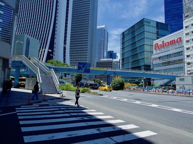 新都心歩道橋を下から見上げた画像