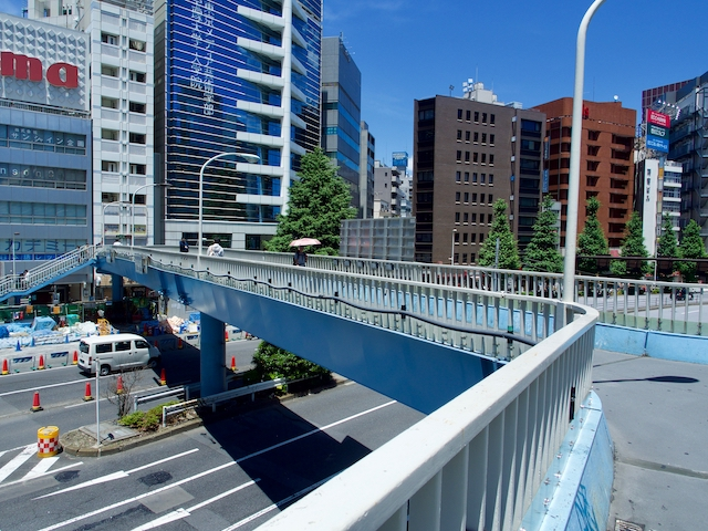 新都心歩道橋の上から反対側の道路を望んだ画像