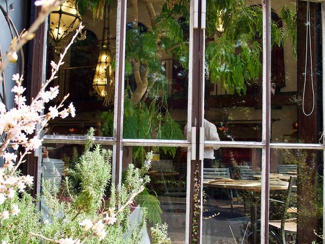カフェ ラ・ボエム 新宿御苑の店内を覗いた画像