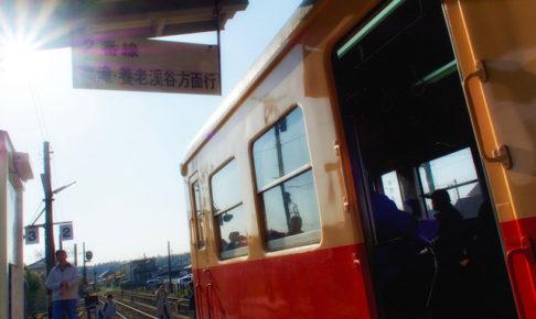 逆光の中の小湊鉄道列車の画像