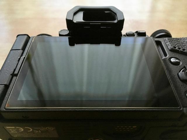 予備の液晶保護ガラスを貼り付けた状態のOM-D E-M5 Mark IIの画像
