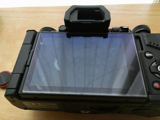 貼り付けた液晶保護ガラスがひび割れした状態の画像