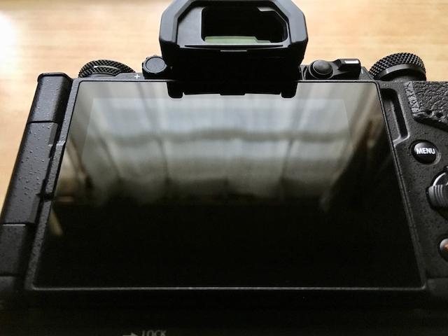 液晶保護ガラスを取り外した状態のOM-D E-M5 Mark IIの画像